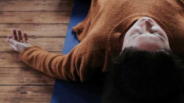 Docente in yoga bij burnout restorative yogahouding